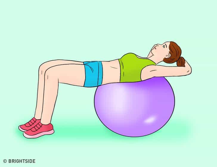 gập bụng với bóng tập Yoga